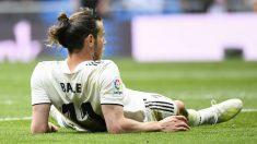 Gareth Bale, tumbado en un partido en el Bernabéu. (AFP)