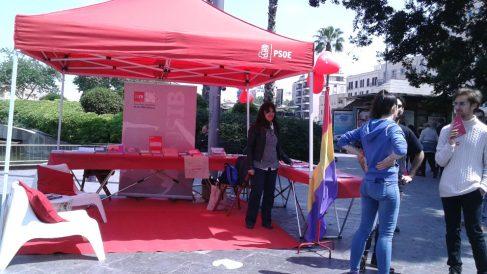 Carpa electoral del PSOE en la Plaza de España en Mallorca con la bandera republicana