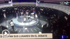 Dos mujeres de la limpieza sacando brillo al plató del debate a cuatro de TVE minutos antes de que comenzase el evento