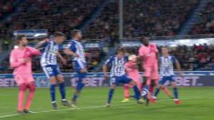 Cordero Vega pitó penalti en esta acción gris entre Umtiti y Pina en el Alavés – Barcelona.