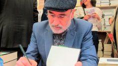 Fernando Aramburu, el autor del éxito de ventas 'Patria, firmando ejemplares en la fera de Sant Jordi en Barcelona. Foto: Europa Press
