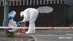 Dos operarios recogen pruebas en el lugar del asesinato en localidad de Londonderry, en la región británica de Irlanda del Norte