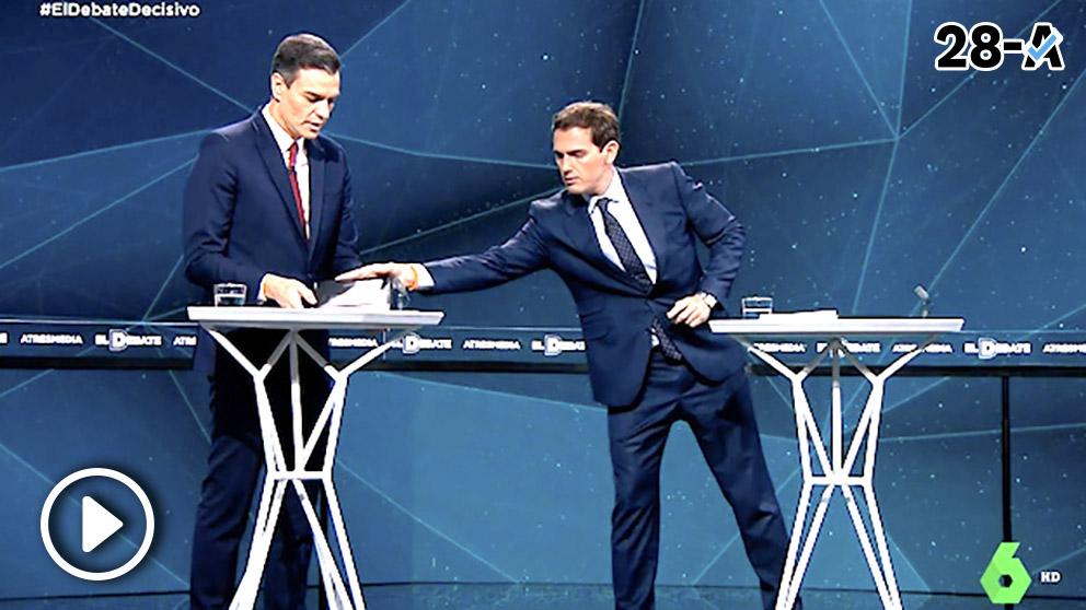 Rivera le entrega a Sánchez su tesis.