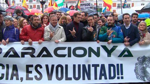 Una manifestación del sindicato Jusapol con políticos de Ciudadanos y PP exigiendo la equiparación salarial de los cuerpos policiales de España. Foto: Europa Press