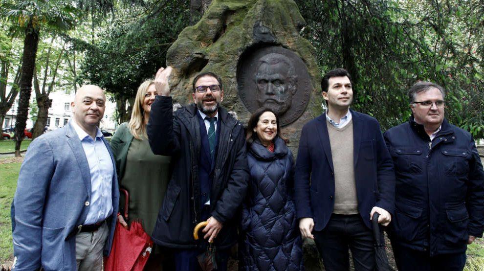 Margarita Robles, frente al monumento del fundador del PSOE Pablo Iglesias en Ferrol