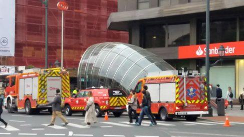 Dotaciones de bomberos frente a Metro Bilbao