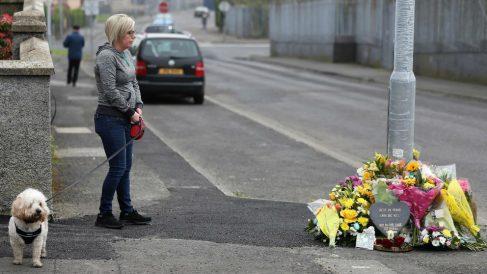 Una ciudadana frente al improvisado homenaje a la periodista fallecida en Irlanda del Norte. Foto: EP