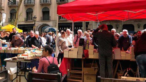 Libreros catalanes con sus puestos en una calle de Barcelona. Foto: Europa Press