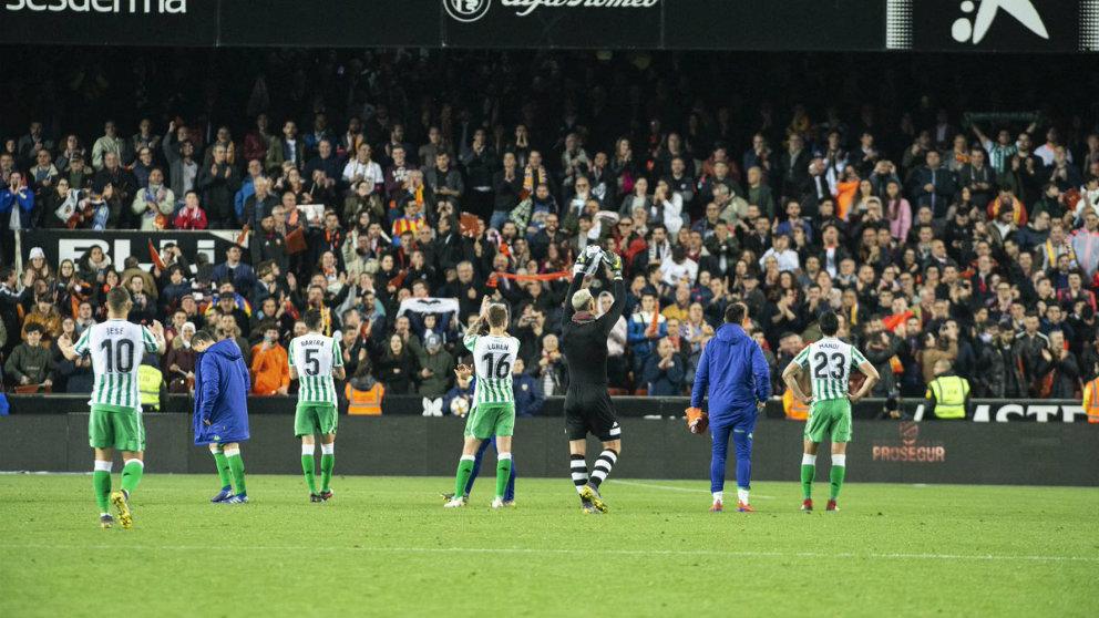 El Betis saluda a la afición tras ser eliminado en la Copa del Rey por el Valencia (@RealBetis_en)