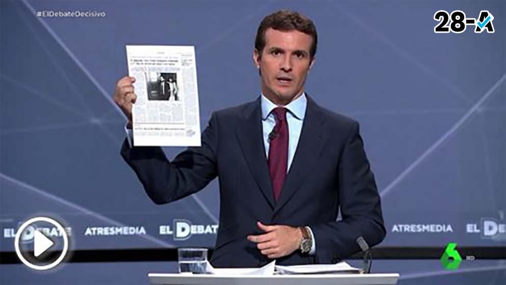 Pablo Casado muestra un periódico con la condena al socialista Eguiguren por pegar a su mujer