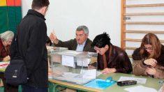 Un ciudadano ejerce su derecho al voto en una mesa electoral. Foto: Europa Press
