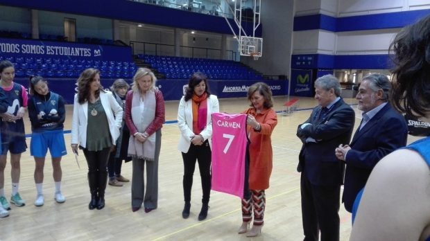 Carmen Calvo y Pepu Hernández visitan el Club Estudiantes de Baloncesto y al equipo de Liga Femenina 2. Foto: Europa Press