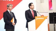 El candidato de C's a la Presidencia de la Comunidad de Madrid, Ignacio Aguado, anuncia en rueda de prensa el fichaje del expresidente regional Ángel Garrido. (Foto: Europa Press)