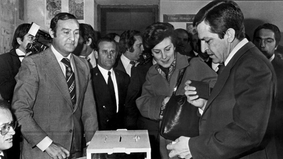 Adolfo Suárez, líder de UC, votando en las generales de 1977. Foto. Getty.