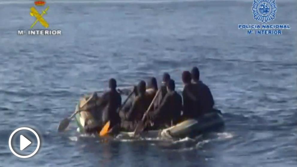 Inmigrantes en una patera en el Estrecho.