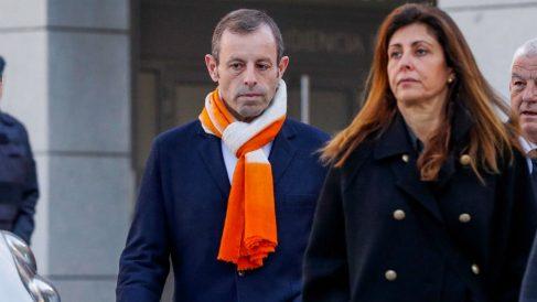 Sandro Rosell junto a su mujer, Marta Pineda. (EFE)