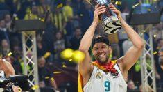 Felipe Reyes levanta la última Euroliga con el Real Madrid. (AFP)