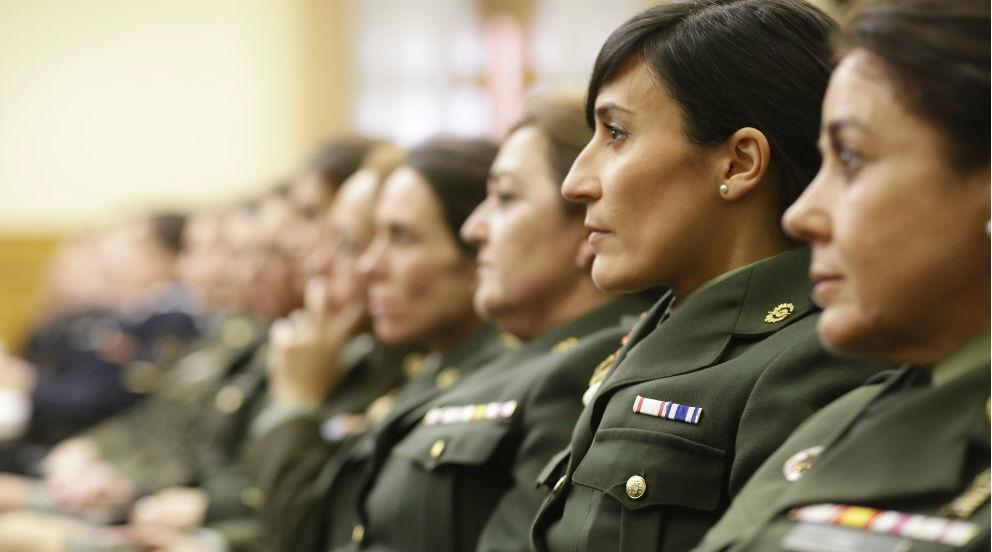 Mujeres militares durante un acto oficial del Ejército de Tierra. (Foto: Ministerio de Defensa)