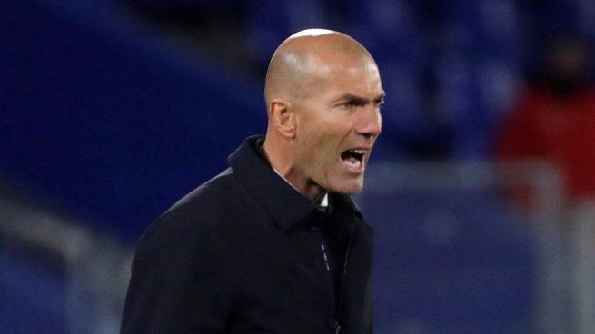 Zidane, dando órdenes en el Coliseum (EFE).