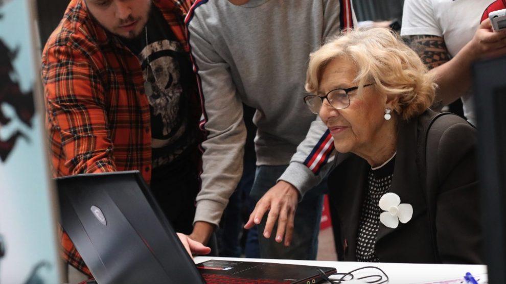Manuela Carmena con jóvenes expertos en videojuegos. (Foto. Madrid)