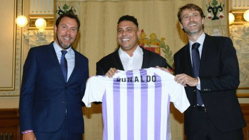 Óscar Puente, Ronaldo Nazario y Carlos Suárez (EFE)