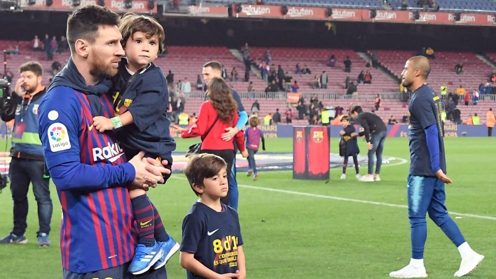 Messi, junto a sus hijos en la celebración de la Liga en el Camp Nou. (AFP)