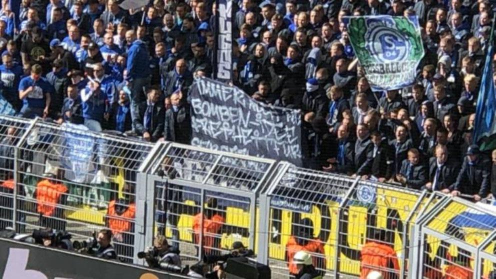 Pancarta de los ultras del Schalke (Twitter)