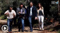Pedro Sánchez y su esposa Begoña Gómez paseando por las inmediaciones de Anchuras. Foto: EFE
