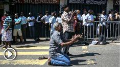 Ciudadanos rezan en la calle tras lo atentaos de Sri Lanka. Foto: AFP