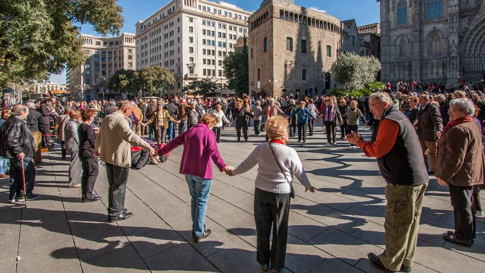 Turistas del Imserso bailan en Barcelona (Foto: iStock)