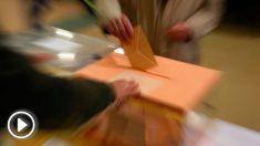 Un ciudadano vota en las elecciones generales 2019. Foto: EFE