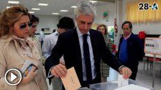 Adolfo Suárez Illana vota en las elecciones generales