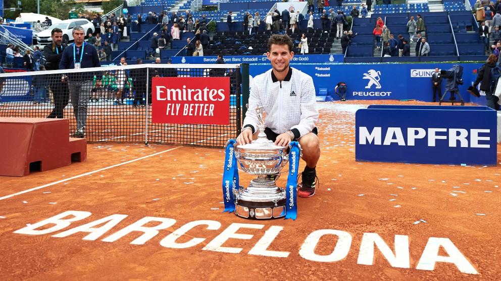 Thiem posa con el trofeo de campeon del Conde de Godó. (Getty)