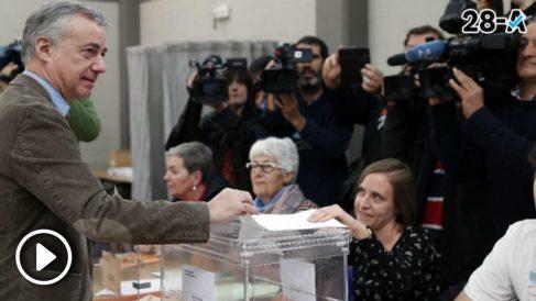 El lehendakari Iñigo Urkullo en el momento de ejercer su derecho al voto