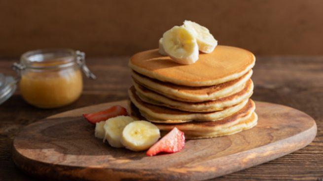 Pancakes de plátano con sirope de arce casero, receta de postre fácil