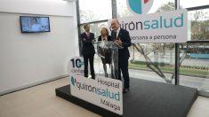 La directora territorial de Quirónsalud en Andalucía, Pilar Serrano; y el director gerente del Hospital Quirónsalud Málaga, Tomás Urda y el alcalde de la ciudad, Francisco de la Torre. (Foto: Quirón Salud)