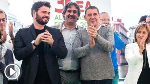 Gabriel Rufián junto a Arnaldo Otegi en un acto público.