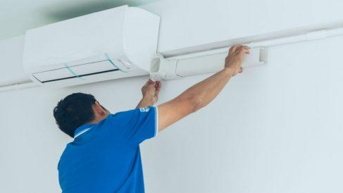 Instalación de un aire acondicionado (Foto: iStock)
