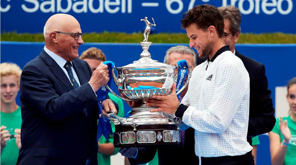 El presidente de Banco Sabadell Josep Oliu entrega el premio de campeón del trofeo de tenis Conde de Godó al ruso Daniil Medvédev
