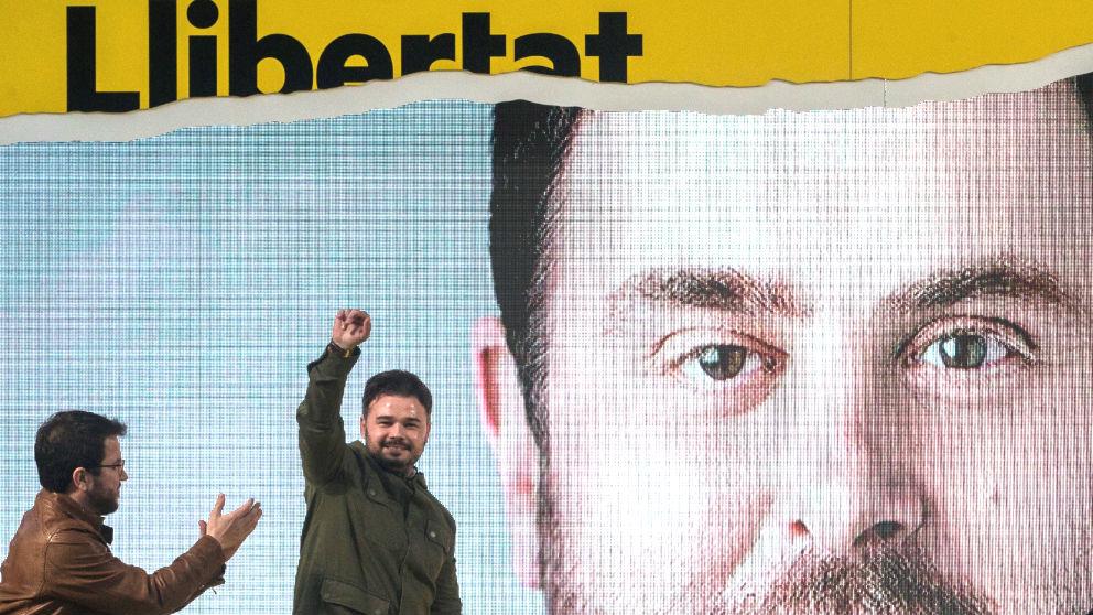 El candidato número dos al Congreso, Gabriel Rufián (d) y el vicepresidente del Govern, Pere Aragonés, participando en el acto final de campaña de ERC en Badalona. (Foto: Efe)