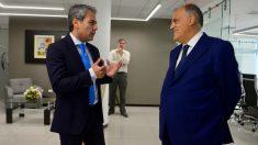 Tebas y Manfredi charlan en un acto reciente de la Liga ecuatoriana.