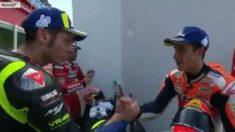 Momento en el que Marc Márquez y Valentino Rossi se dan la mano.