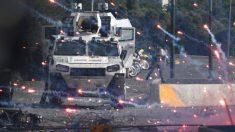 Una tanqueta militar por las calles de Caracas durante las cruentas protestas que se han saldado más de un centenar de detenidos. Foto: AFP