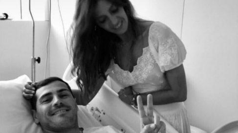 Sara Carbonero, junto a Casillas en el hospital.
