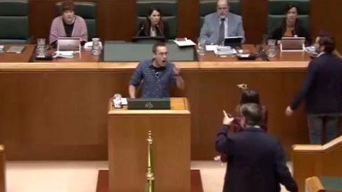 El parlamentario de EH Bildu Julen Arzuaga en el PArlamento Vasco durante la votación de la Ley vasca de Abusos Policiales.