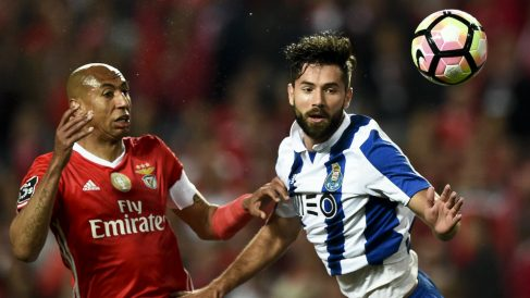 Felipe Monteiro en un partido ante el Benfica (AFP)