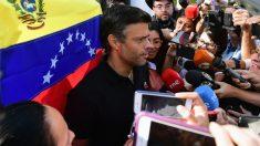 Leopoldo López habla ante los medios en Caracas (Foto: AFP)
