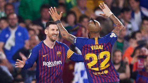 Messi y Vidal celebran un gol del Barcelona (Getty).
