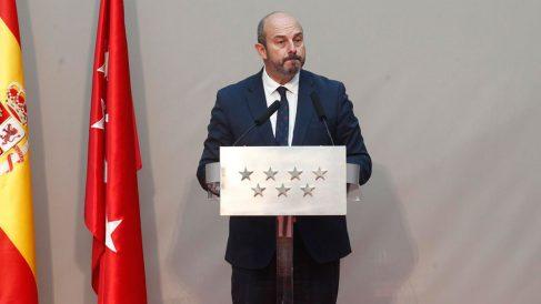 El presidente en funciones de la Comunidad de Madrid, Pedro Rollán, durante su discurso por las celebraciones del Dos de Mayo en la sede de la Comunidad de MAdrid. Foto: Europa Press
