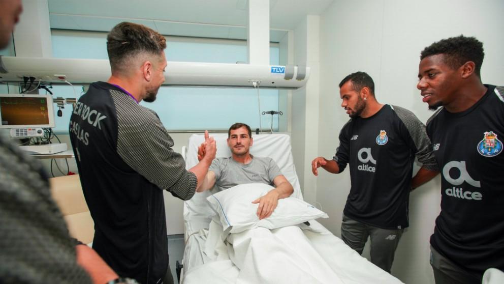 Los jugadores del Oporto visitaron a Casillas en el hospital. (FCPorto)